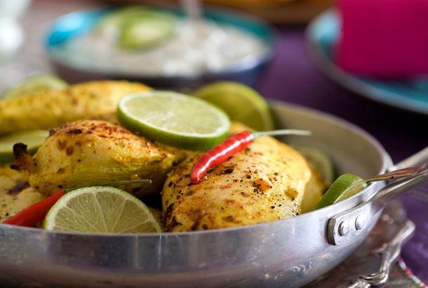 Tandoorikana on yksi tunnetuimmista intialaisista ruokalajeista. Jogurttimarinadi tekee broilerin rintafileestä mureaa. Tarjoa sen kanssa basmatiriisiä, raitaa ja naan-leipää. http://www.valio.fi/reseptit/tandoorikana/