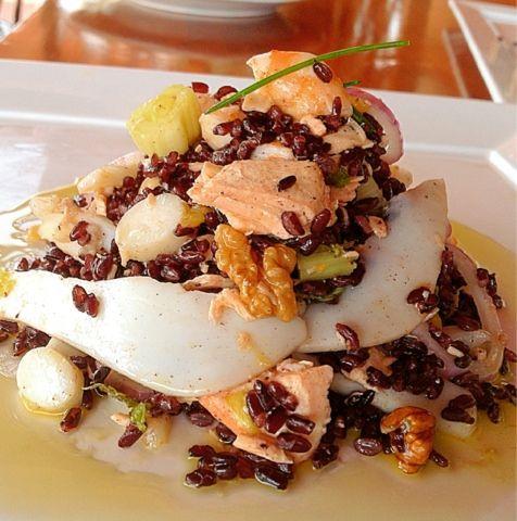 Riso venere in insalata di salmone alle erbette, gamberi, seppia e frutta secca