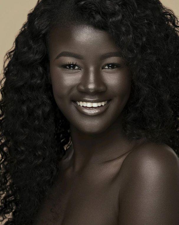 """Khoudia Diop é só uma das várias modelos presentes na campanha """"The Colored Girl: Rebirth"""" (O renascimento da mulher negra). O projeto, de Victory Jones e Tori Elizabeth, divulgado em agosto deste ano, valoriza a beleza negra e mostra que existem vários tons de pele, todos lindos! Nas fotos, Khoudia se destaca por sua cor intensa, o que a garantiu o apelido """"Deusa da melanina""""."""