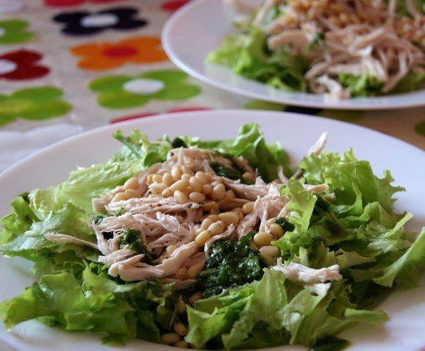 Салат с куриным филе и кедровыми орешками.  Ингредиенты:  - куриное филе, - крупный пучок салатных листьев, - около пятидесяти граммов кедровых орешков, - масло растительное, - лимон свежий, - перец и соль, - пару зубков чесночка.  Способ приготовления по ссылке! http://clck.ru/8misf