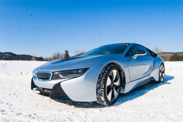 BMW i8 este ca nici o alta masina. Atunci cand o vezi ai impresia ca ai calatorit in viitor, este plina plina cu tehnologie de ultima ora...