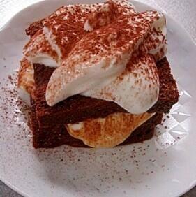 【パンで簡単ティラミス】 ①クリームチーズ 30g に インスタントコーヒーを小さじ1/2と はちみつ又は砂糖を小さじ1混ぜます  ②食パンに①を挟み ココアパウダーをかけて 出来上がり♪