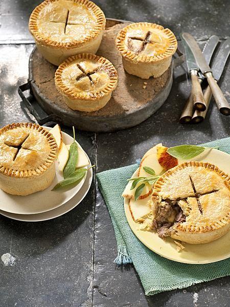 Squab betekent jonge duif in het Engels, maar in deze kleine pies wordt lam gebruikt. Salie en appel geven de pasteitjes een lekker zoet-kruidige smaak.