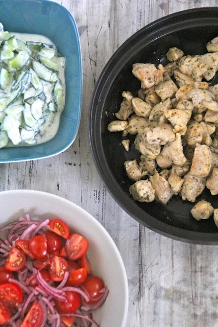 Enkel mat på bordet. Mat på Bordet: Kylling med tzatziki og tomatsalat med løk