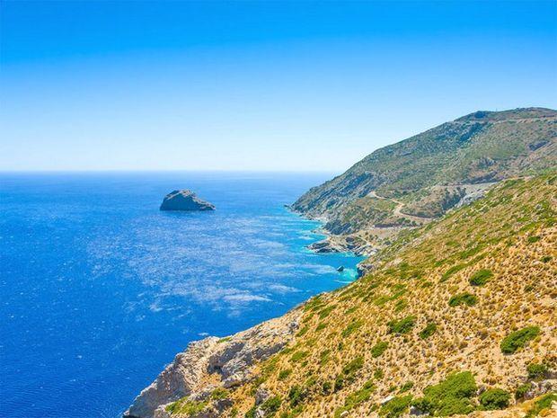 """Το νησί που γυρίστηκε το """"Απέραντο Γαλάζιο"""" δεν είναι απλά ένα νησί με ωραίες παραλίες, αλλά ένα νησί που σε μαγεύει σε κάθε του γωνία."""