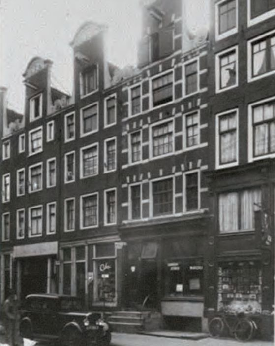 1935 - 1940. A view of the Hoogte Kadijk in Amsterdam. The houses in the photograph are located at the west-side of the Hoogte Kadijk. They were built between 1700 and 1725 and belong to the oldest houses on Kadijkeiland. #amsterdam #1940 #HoogteKadijk