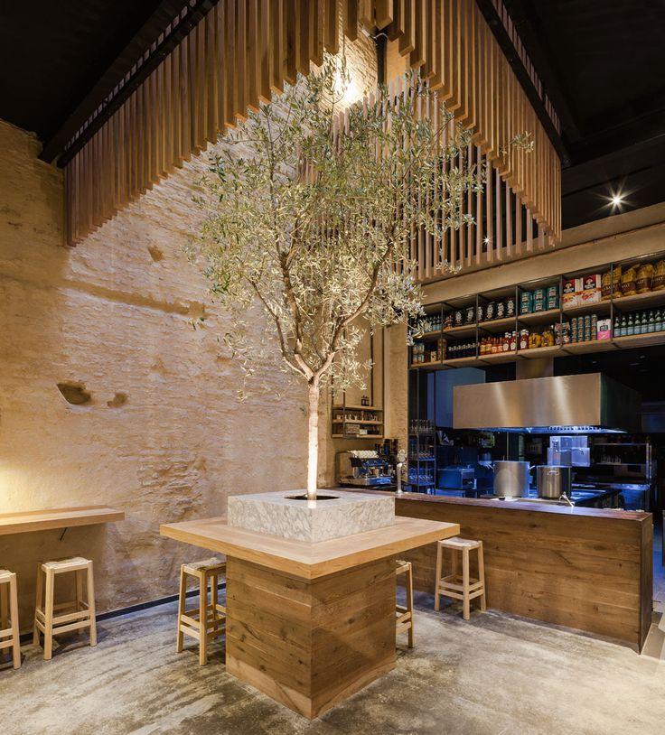 Construído na 2014 na Sevilha, Espanha. Imagens do Fernando Alda. Um projeto de restauração e interiores num espaço localizado no centro da cidade de Sevilha, um restaurante temático em torno da culinária moderna. O...