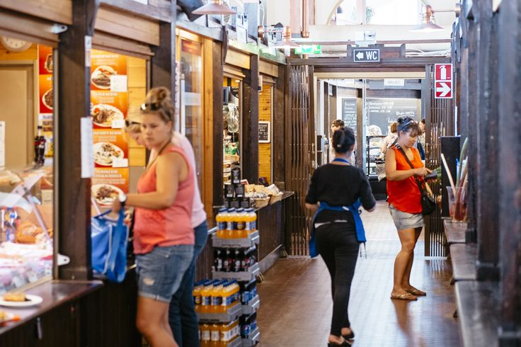 Ostostunnelmaa Hietalahden hallissa. / Shopping in the Hietalahti market.
