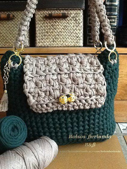 bolso color verde botella combinado con color beige tostado para llevar colgado del