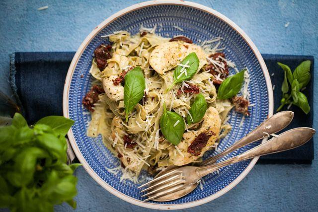Bönpasta med pesto och kyckling