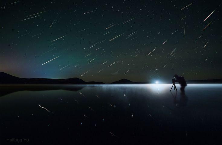 Maravillosa imagen de las Perseidas captada por el astro fotógrafo Haitong Yu. Tomada en el interior de Mongolia, en ella se aprecian hasta noventa estrellas fugaces. La exposición fue de tres horas. Fijaros en los reflejos sobre el hielo...