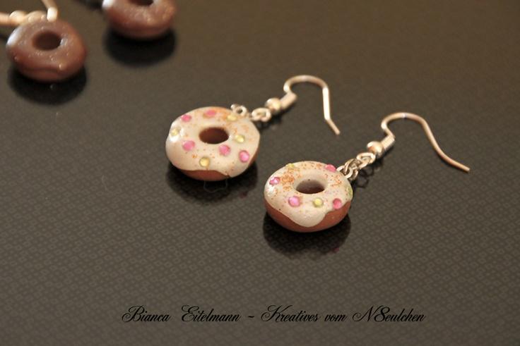 Süße Candy-Doughnut-Ohrringe aus Polymer Clay mit Glitzerüberzug und Glitzersteinchen    Polymer Clay ist eine ofenhärtende Modelliermasse, die es in