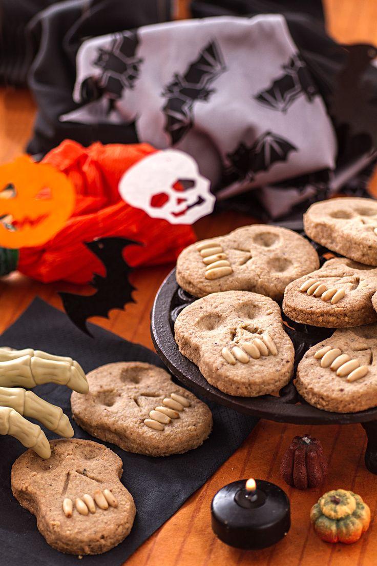 Biscotti teschio: spaventosi e croccanti biscottini a base di nocciole.  [Halloween skull cookies]
