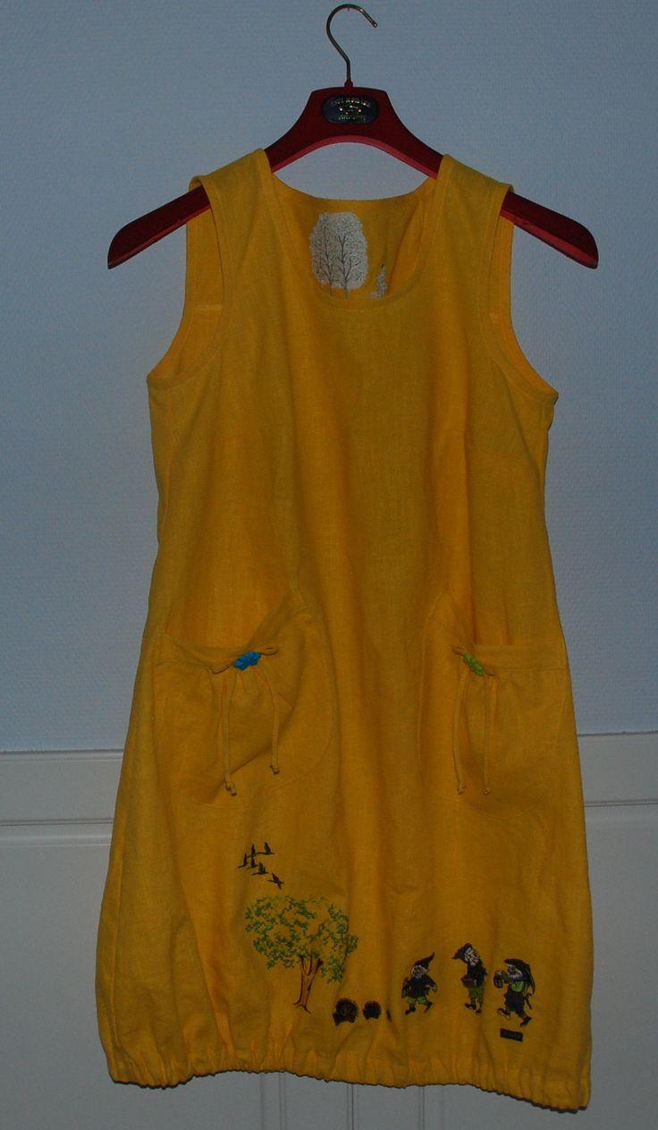 uusin mekkoni Virpin ompelemana valmistui tänään . se on keskiviikkomekko kun on auringon keltainen