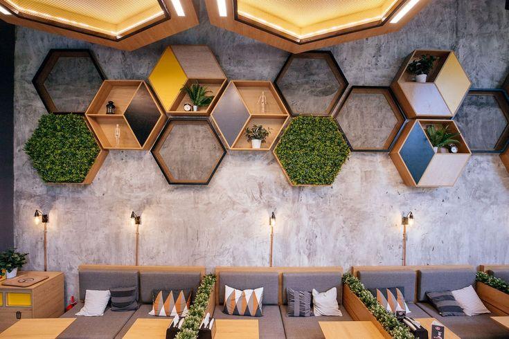 Дизайн офиса с сотами на стенах фото