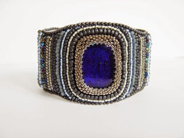 Bracelet with cabochon of dichoric glass