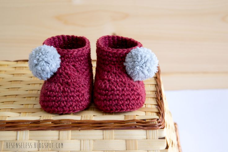 Crochet baby booties with pom pom - Boots crocheting with pompom for babies