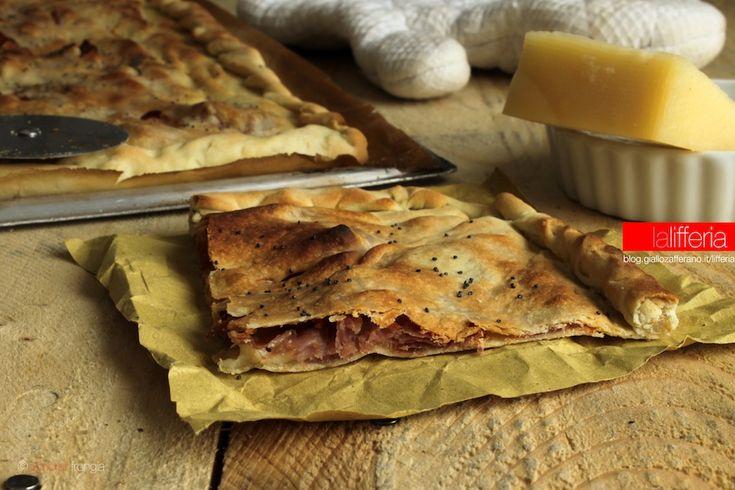 La focaccia senza lievito con Asiago e prosciutto crudo è un'idea saporita, pronta in soli 8 minuti di cottura. Perfetta per cena, ottima per i picnic.