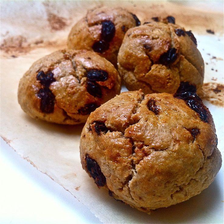Het originelerecept is te vinden inhet kookboek 'Glutenvrij bakken'. Ik heb het aangepast naar eigen smaak en voilà, krentenbollen! Of… rozijnenbollen? Wat heb je nodig voor +/- 5 krentenbollen:...
