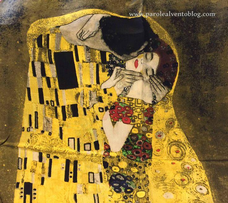 Sciarpa foulard Il bacio di Klimt by Prettyland. L'arte si può indossare. Il bacio di Klimt, uno dei dipinti più famosi e romantici, si può indossare grazie alle sciarpe foulard …