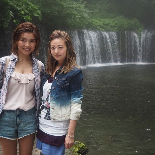 滝の前で記念写真を撮る伊藤千晃