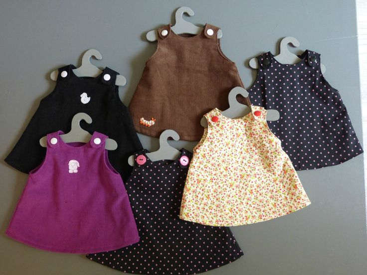 Petites robes trapèze pour poupées de 30/40 cm Réalisées dans des restes de tissus Cintres en bois fait maison la machine...