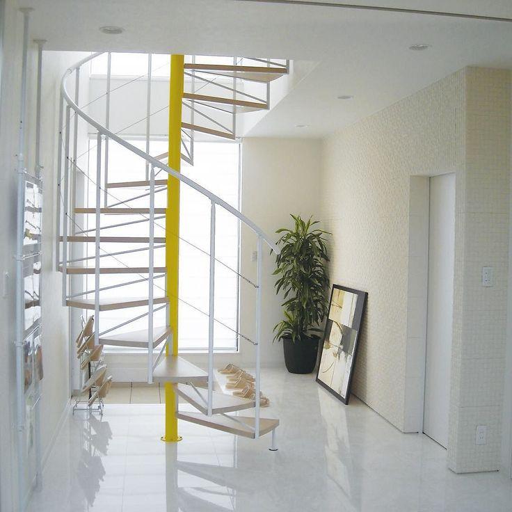 On instagram by kdat_pr #homedesign #metsuke (o) http://ift.tt/1n9rxPB Modelia ワイヤー手すり ホワイト センターポール特注色 1350000 #stair #living #design #lifestyle #interior #architecture #architect #white #yellow #home #indoor #階段 #リビング #デザイン #ライフスタイル #インテリア #建築 #家 #新築 #らせん #螺旋 #螺旋階段 #差し色 #センス #ファッションのよう #全身黒で靴下だけ赤みたいな #違うか #もっとオシャレだこの家 #またオシャレって言ってしまった