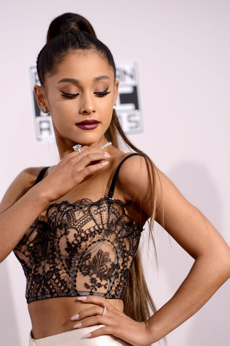 Ariana Grande looks so beautiful and a diva while posing at the red carpet for the 2016 AMA
