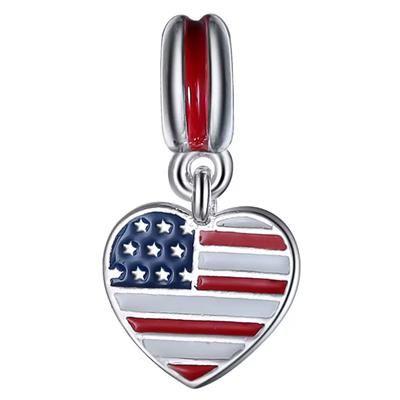 Hjerte vedhæng i sølv med det Amerikanske flag. Vedhæng i ægte sterling sølv med det Amerikanske flag. USA hjerte vedhænget kan bruges på en halskæde, passer også til et Pandora armbånd. Smykket er flot udført og har på bagsiden en fin gravering af et hjerte og USA. En sød detalje til Stars and Stripes vedhænget.