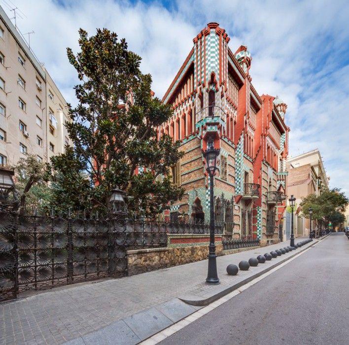 1883, 31 ετών ο Gaudi έχτισε το πρώτο του σπίτι, ένα καλοκαιρινό καταφύγιο - Casa Vicens και σήμανε τη γέννηση του μοντερνισμού στη Βαρκελώνη