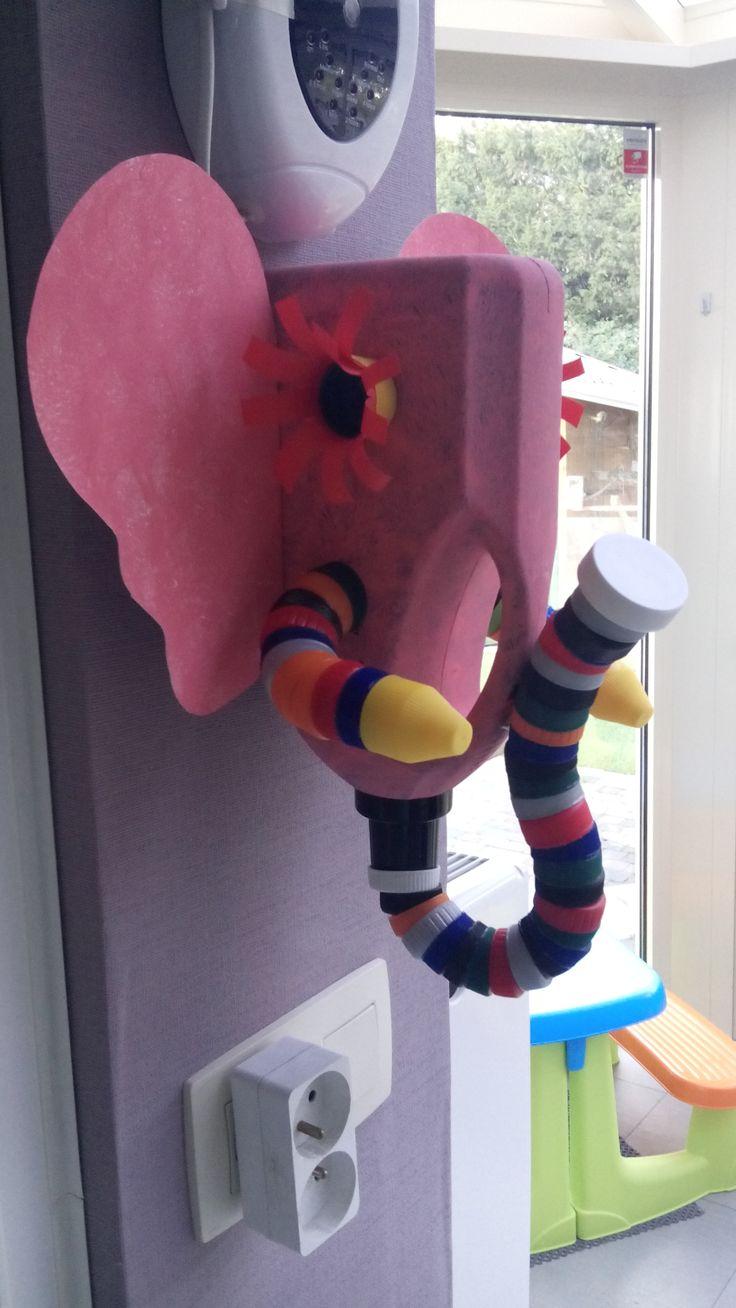 olifant van lege wasmiddelfles en plastic dopjes