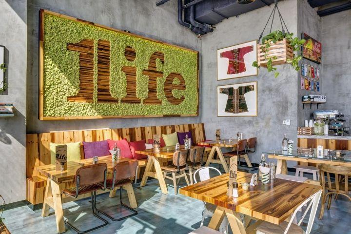 Домашний ресторан One Life Kitchen & Café – уютное и приятное место. Этому способствует панорамное остекление и высокие потолки. Взгляните на фотографии и оцените это место сами!
