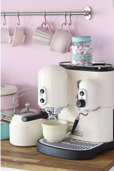 (Wait! Can I really have a pink kitchen?! ...maybe one wall...calming the beast before my 1st coffee. - p.mc.n.) Keuken in pastel
