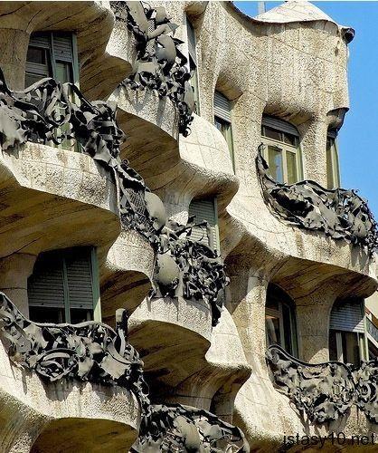 İspanya'nın Katalan çocukları… Barcelona. Yeterince eşsiz, güzel ve ilgi çekici mimari dizayna sahipler. 10 örnekle göstermek isteriz.