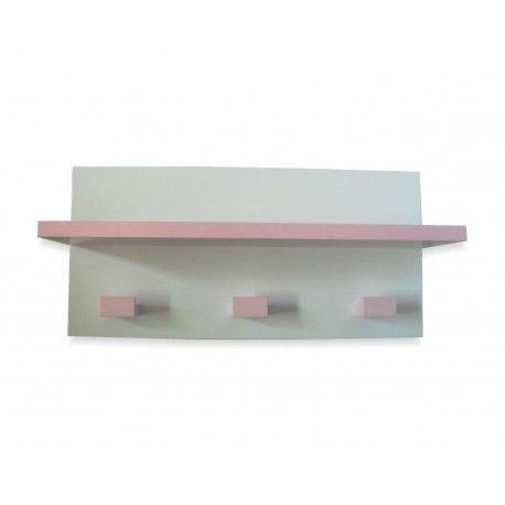 Perchero infantil con estante lacado en color rosa claro al igual que sus tres colgadores. Lo encontrarás en www.lafabricadeladecoracion.com
