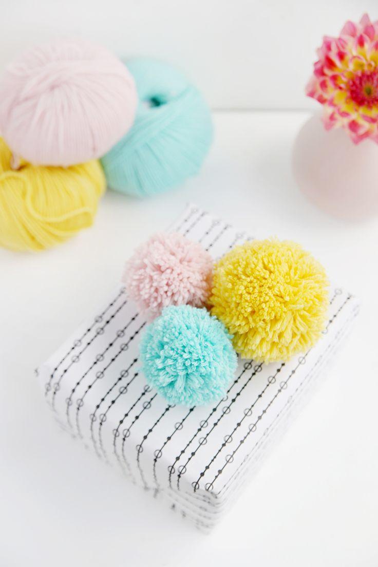 DIY // Geschenke mit selbst gemachten PomPom Bommeln aus Wolle verschönern