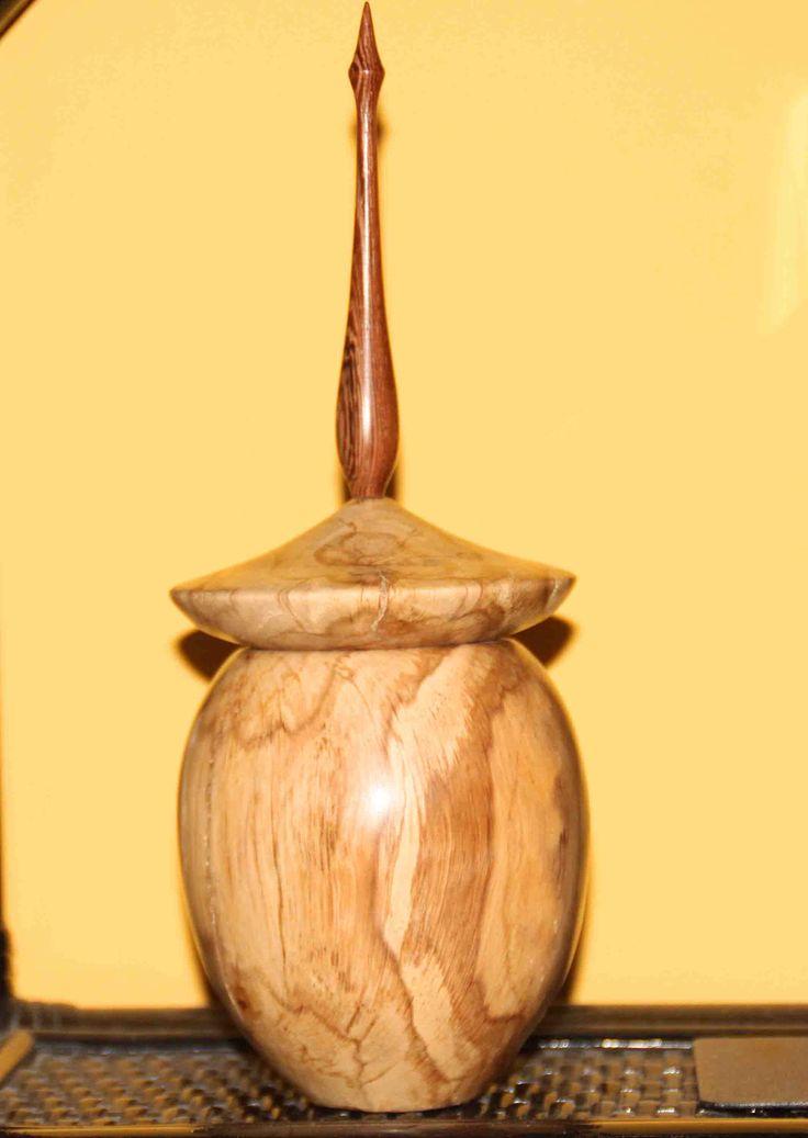 Vasetto in noce fiorito con puntale in Wengè...