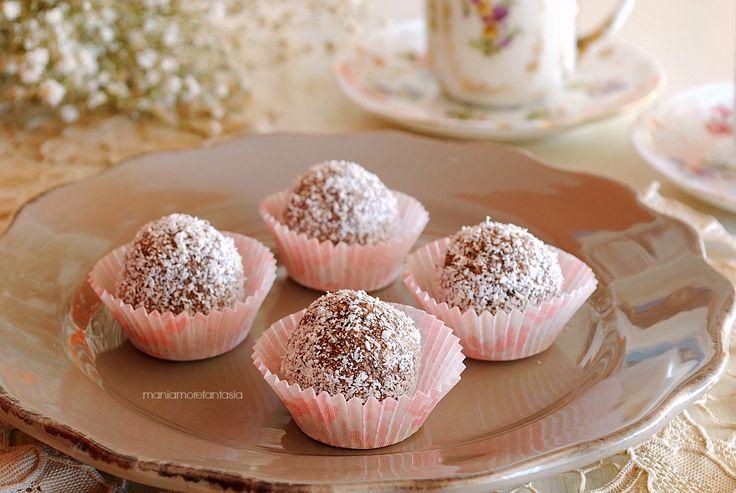 Palline di cocco e ricotta al cacao  Ingredienti per circa 35/40 palline  ricotta, 300 g  cocco rapè, 100 g  zucchero, 130 g  cacao, 40 g  rum, 30 g (oppure latte)  cocco per decorare, q.b.