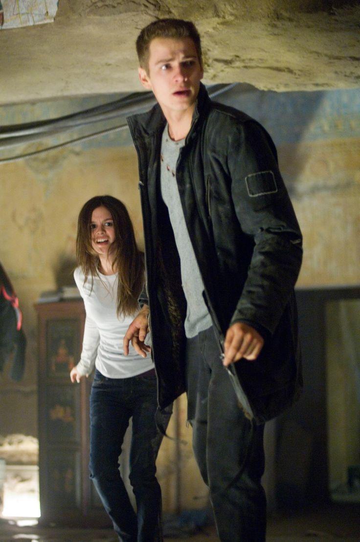Still of Hayden Christensen and Rachel Bilson in Jumper (2008) http://www.movpins.com/dHQwNDg5MDk5/jumper-(2008)/still-1235934976