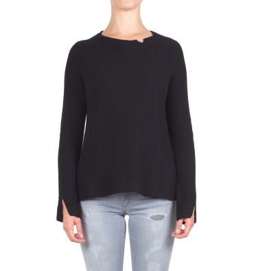 Gotha - Sweater - 300418 - Black - 132,00 € Ribbed wool knit sweater.Boat neckline with small unpacking.Long sleeve with unpacking.Side slits.Longer bottom back.Wide fit.Fabric Composition: 37% wool, 30% viscose, 20% polyamide, 8% Angora, 5% cashmere.The model wears size 0 and is 175 cm high.