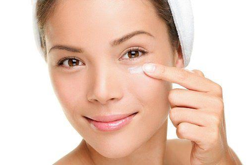 Crema antiarrugas natural para el contorno de ojos La piel alrededor de los ojos es la zona más delicada del rostro, esta parte se arruga muy fácilmente, por eso es importante tener mucho cuidado al momento de maquillar y desmaquillar los ojos.
