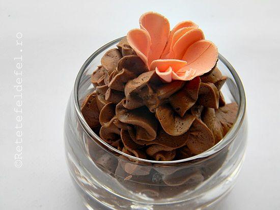 Crema ganache este preferata mea cand vine vorba de cremele cu ciocolata.Cel mai mult imi place ganache-ul de ciocolata amaruie,e absolut pe gustul meu ,nu este foarte dulcesiare un gust sublim …