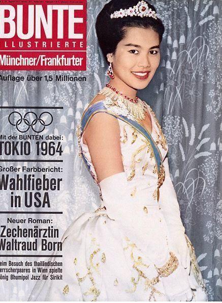 Queen of Thailand : Her Majesty Queen Sirikit (RAMA IX) สมเด็จพระนางเจ้าสิริกิติ์ พระบรมราชินีนาถ ภาพจากปกนิตยสาร เยอรมัน BUNTE  ILLUSTRIERTE Münchner ปี 21 Okt 1964 ; ๒๑ ตุลาคม ๒๕๐๗ : Beim Besuch des thailändischen Herrscherpaares in Wien spielte König Bhumipol Jazz für Sirikit