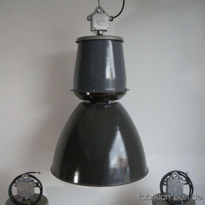 Sehr große Industrielampe im schönen Originalzustand. Wir haben 95 Exemplare auf Lager. Die Lampen sind fachgerecht gereinigt, neu elektrifiziert und ausgestattet mit E40 Porzellenfassungen und Adaptern von E40 auf E27. Material: grau (innen weiß) emailliertes Blech. Die Farbe ist etwas körnig und kann variieren. Höhe der Lampen 84 cm, Durchmesser Schirm 53 cm.