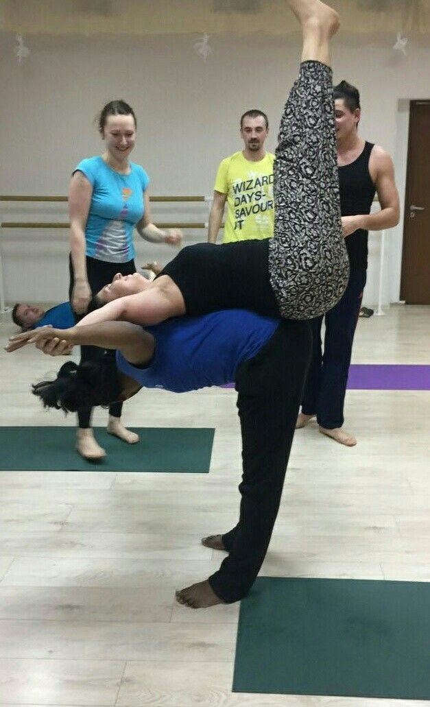 Парная йога в Москве для начинающих – это своеобразный танец, а иногда даже медитация в движении. Оно позволяет свое истинное «я», а также получить уникальный опыт парной практики йоги. Партнер в парной йоге представляется помощником, который помогает правильно выстроить асану и сделать нужную растяжку. Человек, кто познал удовольствие от обычной йоги, познав данное направление, получает удовольствие вдвойне.