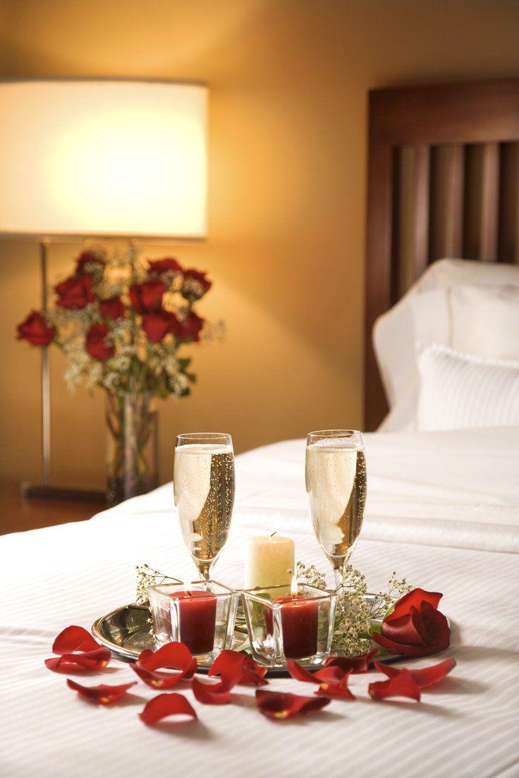 deco-romantique-chambre-coucher-pétaes-bougies-champagne  Deco