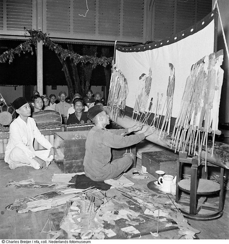 Een poppenspeler verzorgt in Yogyakarta een 'Wajang Gulit'-voorstelling, Indonesië (1948)