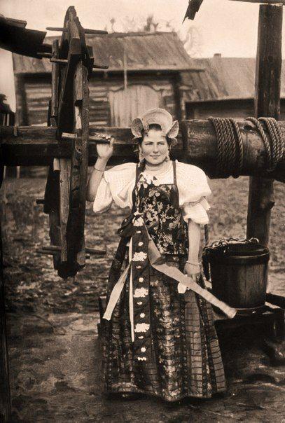 Олонецкая девушка. Фотография И.А. Никольского из книги «Кустарные промыслы и ремесленные заработки крестьян Олонецкой губернии», 1905 год.