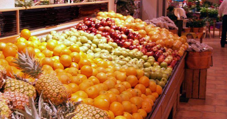 Encha uma garrafa com frutas e legumes no óleo para decoração. Frutas e legumes verdes, amarelos, vermelhos, azuis e laranjas — um arco-íris de produtos da natureza compõe o conteúdo de uma bonita garrafa de óleo decorativa. Uma garrafa de vidro decorativa preenchida com diversos vegetais e frutas em óleo mineral é um presente exclusivo e elegante ou um toque de decoração para a própria cozinha. Use pimentas, ...