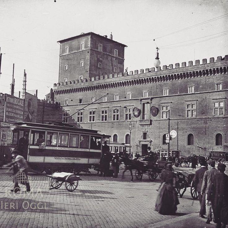 Piazza Venezia (1903) Alle spalle del tranvai vediamo una porzione di palazzetto Venezia e la recinzione, tappezzata di cartelloni pubblicitari, del cantiere per la demolizione di palazzo Torlonia.